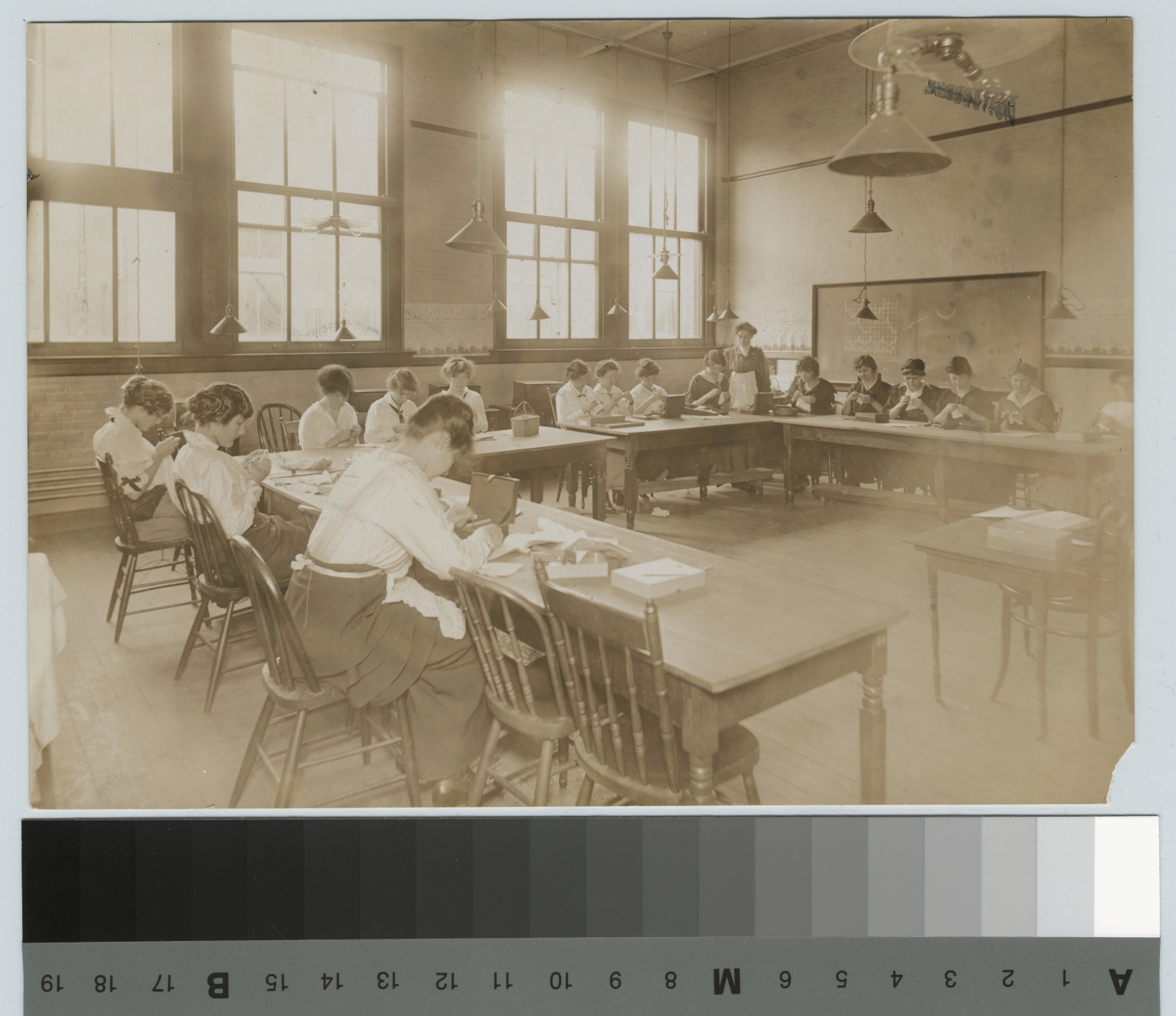 Women in sewing class, Rochester Athenaeum and Mechanics Institute [1900-1915]